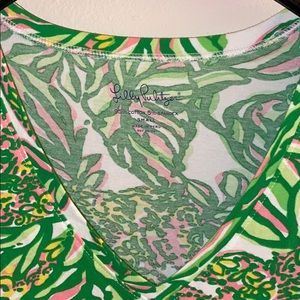 Lilly Pulitzer Tops - Lily Pulitzer V-neck Tee size small